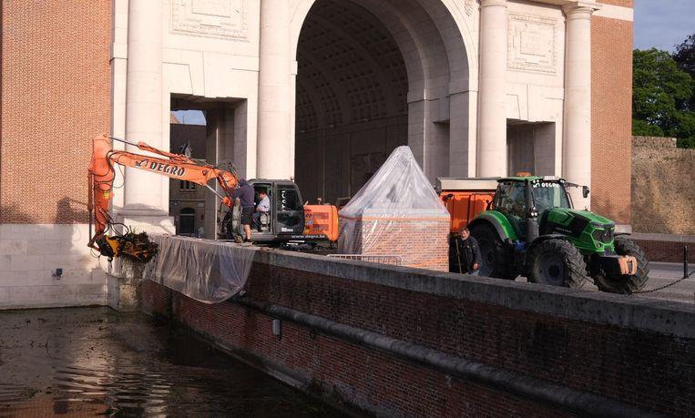 Dinsdagmorgen werd alles schoongemaakt in de hoek van het vestingwater aan de Menenpoort.