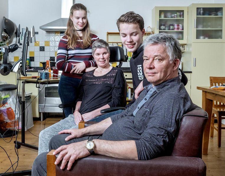Dominique Hubers en Ris Dirksen met hun kinderen Daniëlle en Ties. Beeld Patrick Post