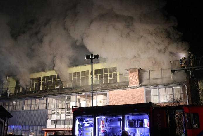 Omwonenden die last hebben van de rook, wordt gevraagd ramen en deuren dicht te houden.