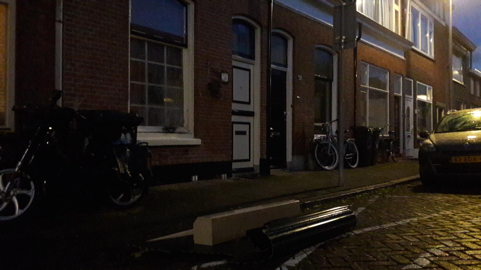 Het rolluik ligt op straat voor de woning.