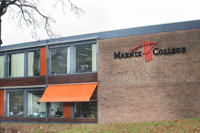 Het Marnix College in Ede heeft brede gangen en twee gebouwen. Dat maakt het makkelijker om de coronamaatregelen goed in  te voeren.
