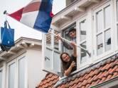 Mats en Luba uit Arnhem hangen na lang wachten op uitslag de schooltassen in de vlaggenmast