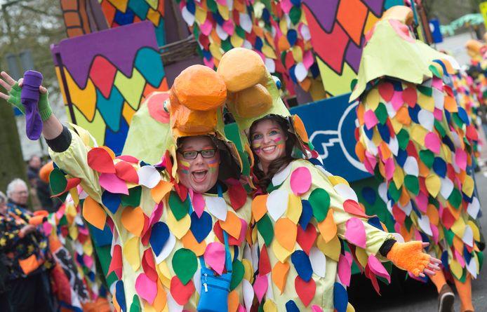 De carnavalsoptocht in IJsselstein gaat elk jaar door het centrum en trekt veel publiek.