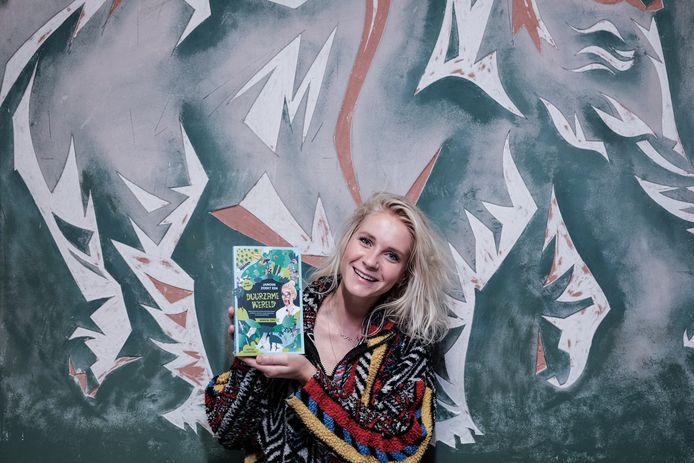 Foto-onderschrift: Janouk Kelderman met haar boek in Innovatiecentrum De Steck. Foto Jan van den Brink.