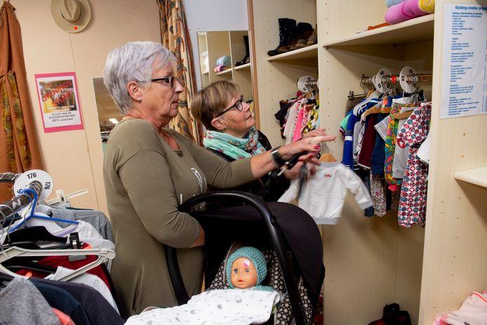 Schoonzussen Marja Lorkeers (l) en Trudy Lathouwers bij de Hofstad op zoek naar kleren voor de pop.