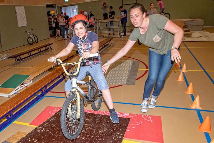 Mark de Jong (12), leerling van basisschool de Meerkoet, is een van de deelnemers aan een cursus bmx-fietsen. Ook een schans nemen per fiets hoorde erbij.
