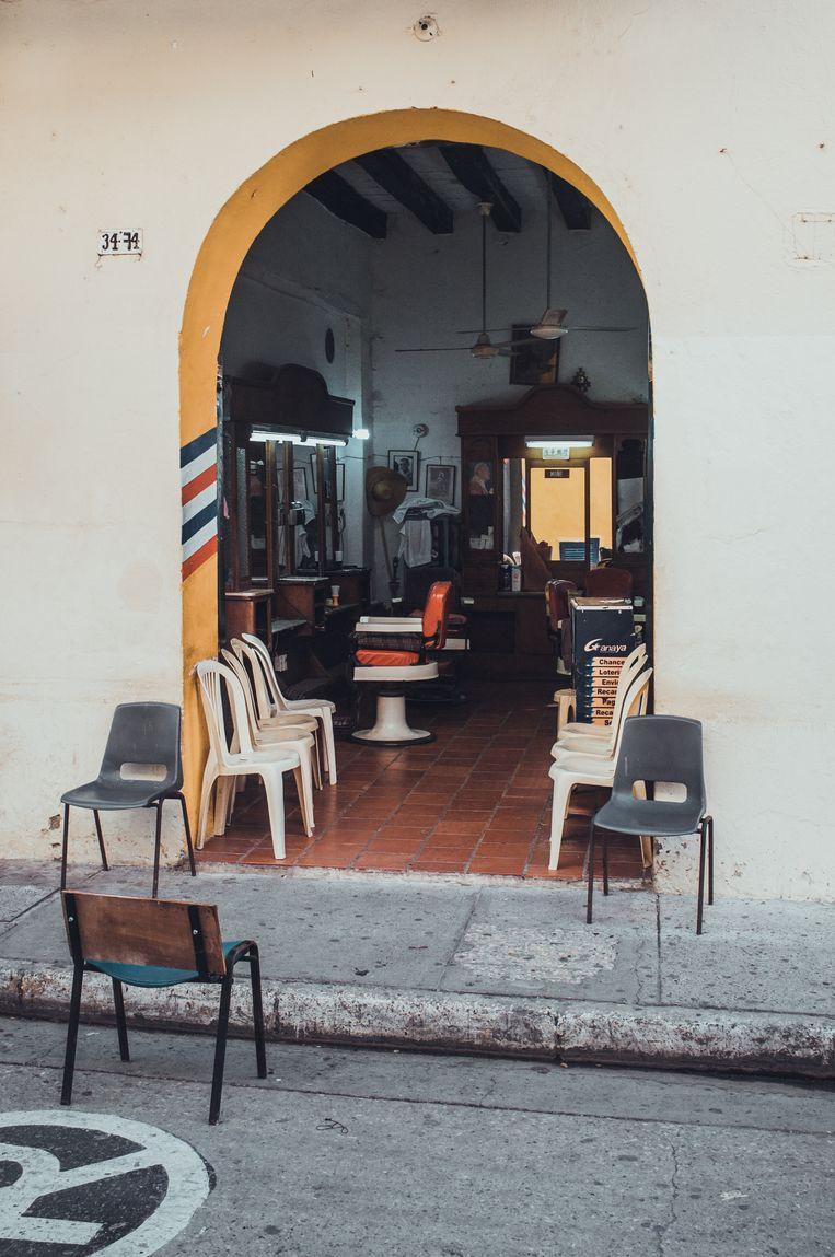 De heren kapper in de Calle del Arzobispado waar het interieur naadloos aansluit bij de oude sferen van de stad. Beeld Stijn Hoekstra