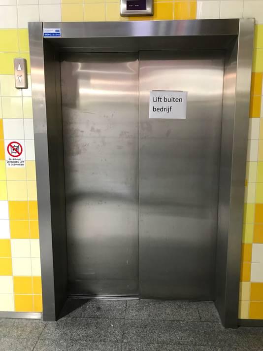 De lift bij het Pieter Vreedeplein is stuk.