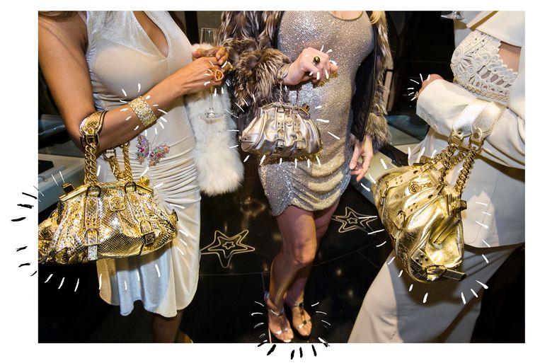 Jackie (41) en haar vriendinnen met Versacehandtassen tijdens een besloten opening van de Versacewinkel, Beverly Hills, 2007. Beeld Lauren Greenfield / Fotomuseum Den Haag