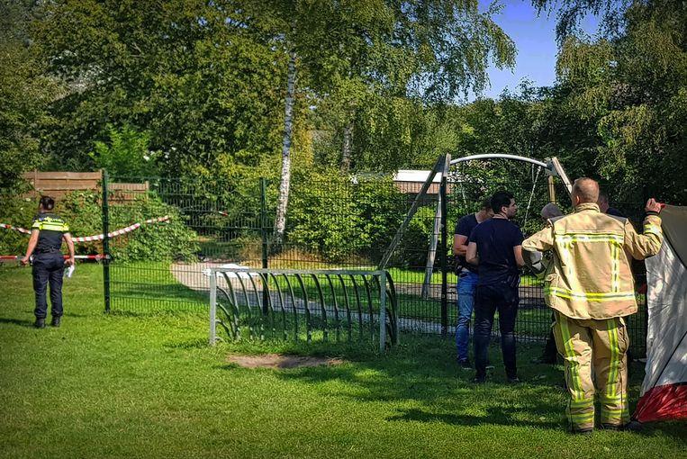 Hulpverleners plaatsen een scherm in een speeltuin waar een man om het leven is gekomen in Assen.