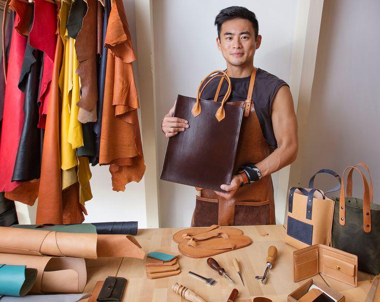 Karel Yeung in zijn atelier in Amsterdam. Bij zijn bedrijf Leatherlands doet hij alles zelf. Beeld Jorgen Caris