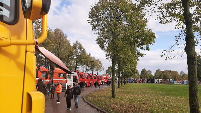 De vrachtwagens stellen zich op voor de uitvaart van Daisy in Beuningen.