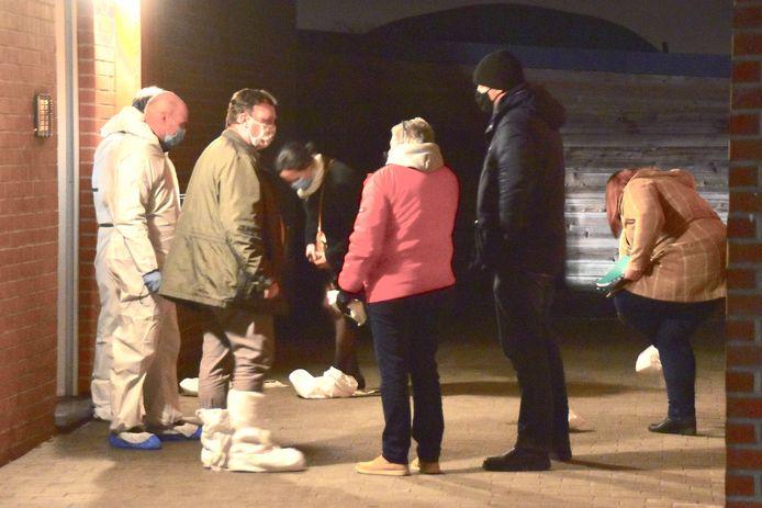 Op de plaats van de schietpartij in de Spoorwegstraat in Wevelgem volgde een afstapping door het parket, mensen van het technisch labo en onder meer ook een wapendeskundige. Daarbij werd ook de flat van het slachtoffer, op de benedenverdieping, onderzocht.