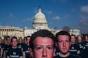 100 levensgrote kartonnen Mark Zuckerberg's staan op het gras van het Capitool in Washington, DC. De activistengroep Avaaz plaatste de poppen met het opschrift 'fix facebook' om aandacht te vragen voor de vermeende miljoenen nepaccounts die desinformatie verspreiden op Facebook. Foto Zach Gibson