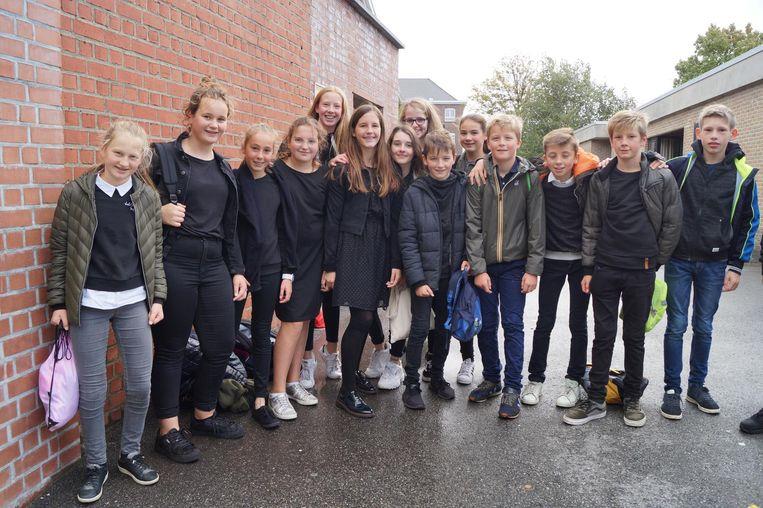 Nagenoeg alle leerlingen van 1 MOD in De Bron dragen een zwarte trui of broek.