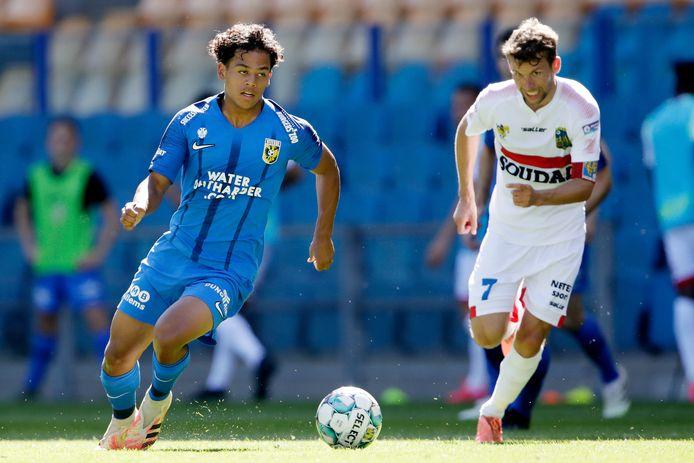 Million Manhoef (links) aan de bal in een wedstrijd tegen KVC Westerlo.