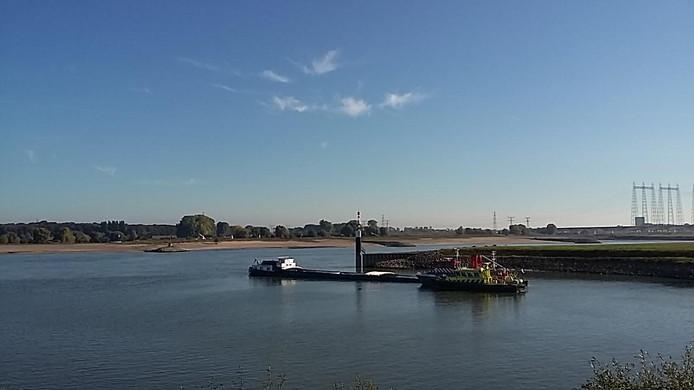 Het schip bij de sluis in Weurt.