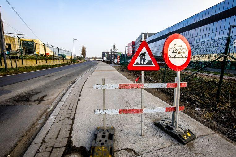 Vanaf 4 maart is het fietspad in de Konterdamkaai achter het Damiaanziekenhuis terug volledig berijdbaar, maar de weg wordt voor automobilisten afgesloten.
