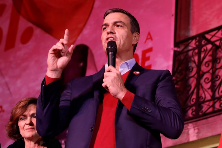 PSOE-leider en huidig premier Pedro Sánchez spreekt zijn aanhangers toe in Madrid, na de verkiezingen zondag. Beeld EPA