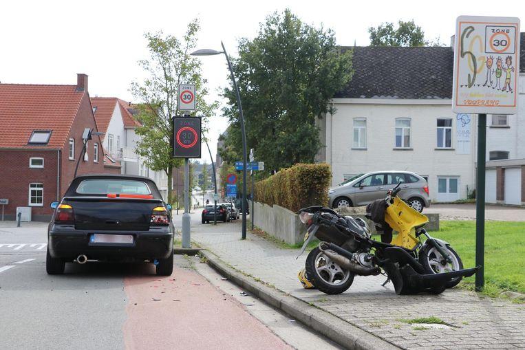 De scooter en personenwagen reden op elkaar in de Bruulstraat.