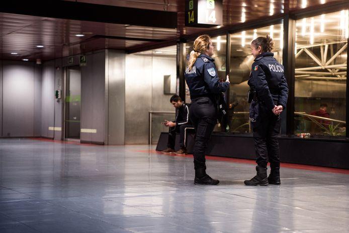 Politieagenten op de luchthaven van Lissabon, waar de man werd gearresteerd.