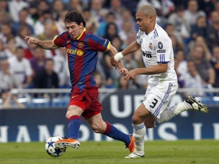 Pepe (R) in duel met Lionel Messi. EPA Beeld
