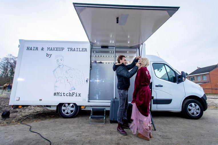 De rijdende make-upstudio is zo'n zeven meter lang.