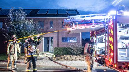 """VIDEO. Bewoners horen bliksem inslaan en rennen naar buiten: """"Meteen overal rook, zelf konden we al niet meer blussen"""""""