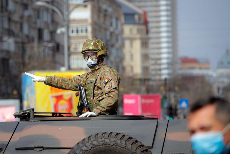Het Roemeense leger helpt mee om de lockdown in goede banen te leiden.