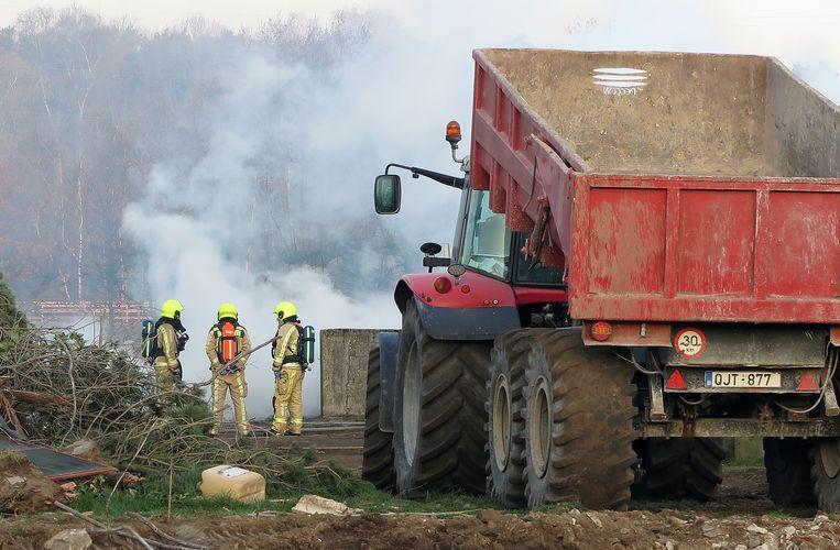 Het bleek om afvalverbranding te gaan bij de afbraak van een oude stal.