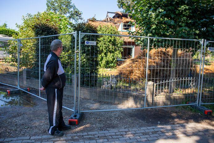 Wim Jansen kijkt naar de overblijfselen van zijn woning aan de Spoorlaan in Rhenen.