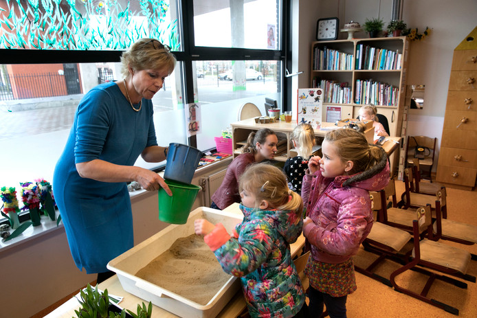 Juf Mirjam Touber is druk in haar klas op basisschool St. Antonius in Best.