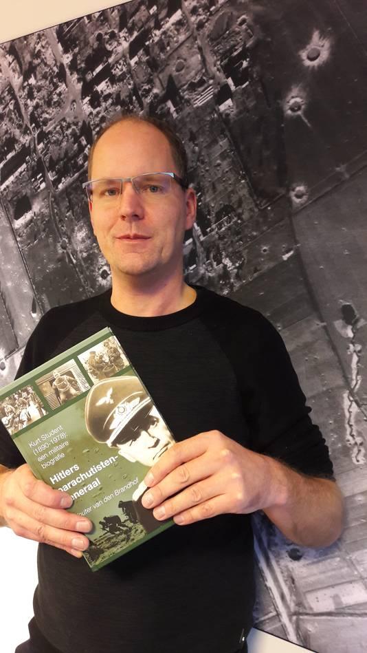 Wouter van den Brandhof uit Nijmegen, historicus bij AVG in Kaatsheuvel, met zijn boek over generaal Kurt Student.