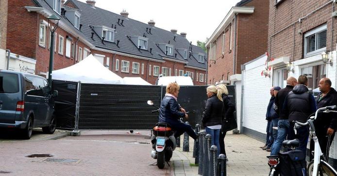 De dodelijke steekpartij aan de Wilgenstraat in Den Bosch trok de aandacht van veel buurtbewoners.