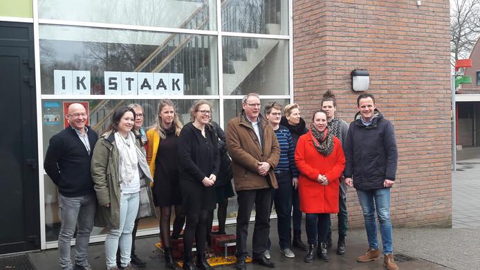 Stakende leerkrachten van basisschool 't Palet in Heeswijk-Dinther met wethouder Rein van Moorselaar.