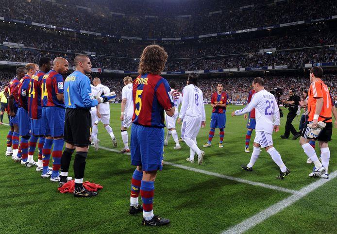Wesley Sneijder (rugnummer 23) en zijn teamgenoten van Real Madrid lopen door de 'pasillo' van FC Barcelona op 7 mei 2008.
