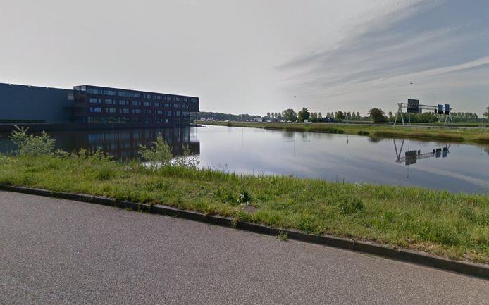 Een waterpartij tussen de A12 en bedrijventerrein Heestereng in Ede.