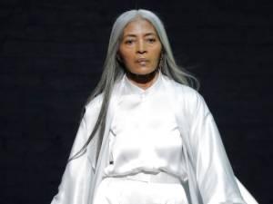 À 68 ans, elle est choisie par Rihanna comme mannequin pour la marque Fenty