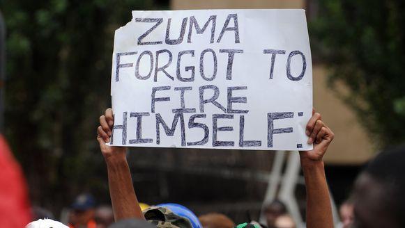 Een aanhanger van Malema maakt duidelijk wat hij vindt van de beslissing.
