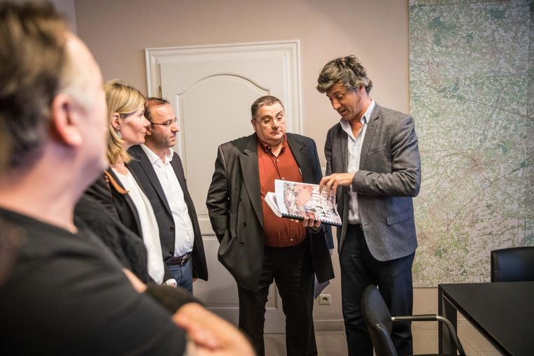 Sven Taeldeman bekijkt de petitie.