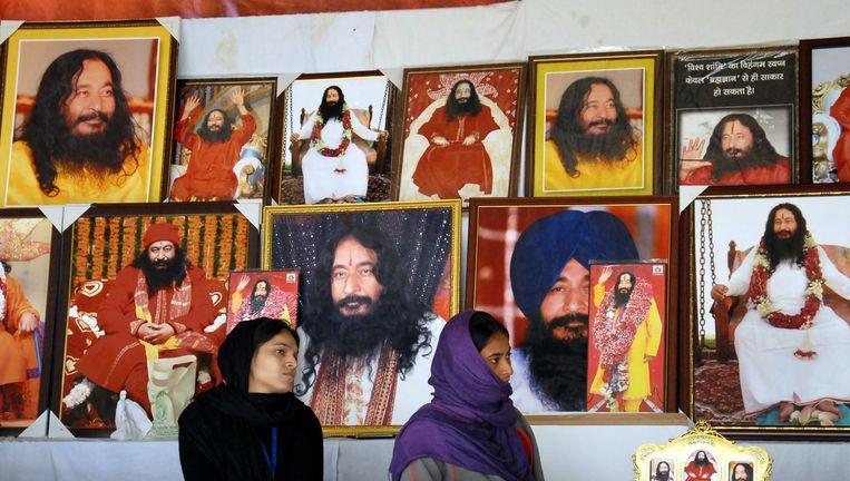 Volgers van Ashutosh Maharaj in de leefgemeenschap van de sekte.