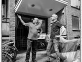Willem (links) in gesprek met raadslid Dave van der Meer over zijn slechte leefsituatie.