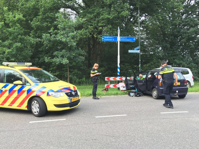 Een bestuurster is gewond geraakt nadat ze in haar auto tegen een lantaarnpaal botste.