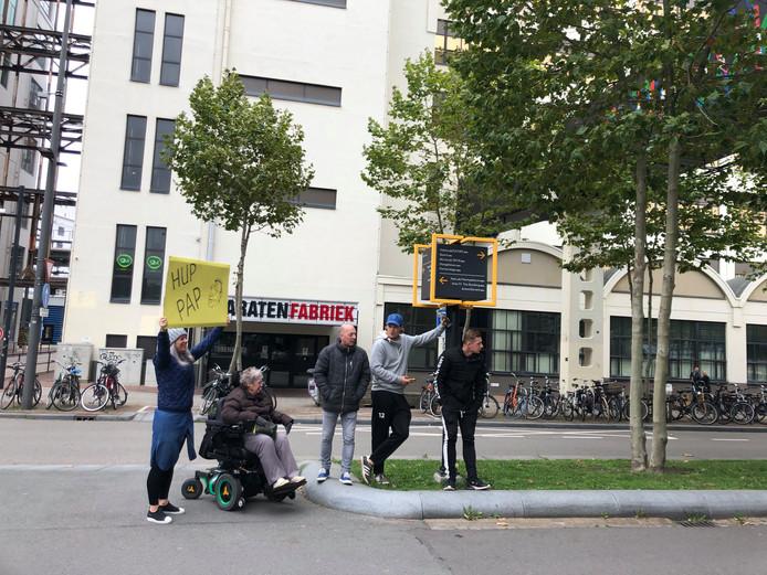 De familie Bertens uit Eindhoven moedigt vader Peter aan. Die wandelt de 12,5 kilometer van de Marathon Eindhoven.