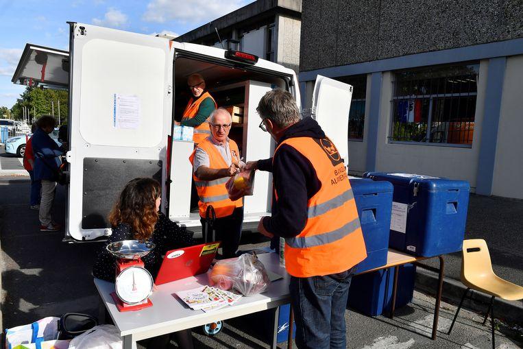 Vrijwilligers van de voedselbank van Gironde, in de buurt van Bordeaux.  Beeld AFP