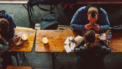 Waarom we meer eten met zwaar bestek en voedsel op een rood bord minder goed smaakt
