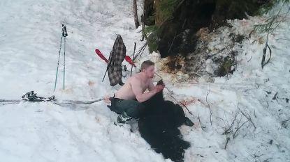Vader en zoon schieten beren in winterslaap dood en poseren trots met hun trofee