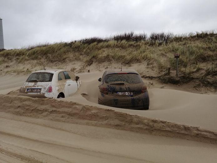 Auto's zijn bedolven onder het zand in Middelkerke