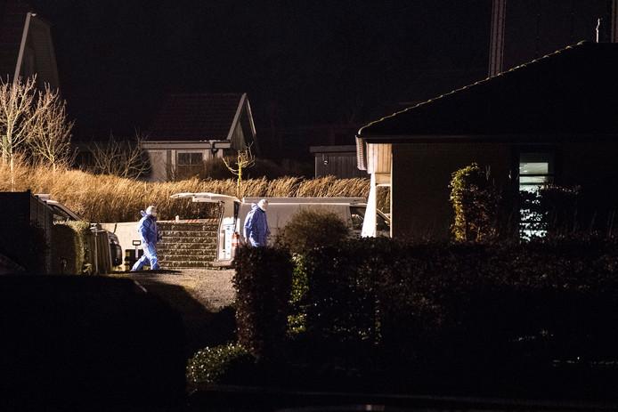 Forensische onderzoekers op de plek waar het gezin omkwam.