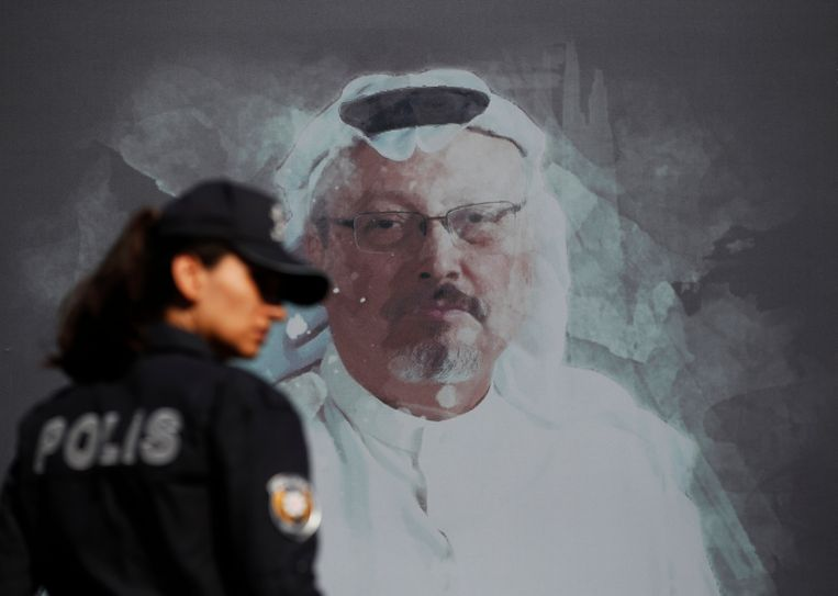 Een Turkse agent loopt langs een beeld van journalist Jamal Khashoggi, die in het Saoedische consulaat in Istanbul werd vermoord. Beeld AP